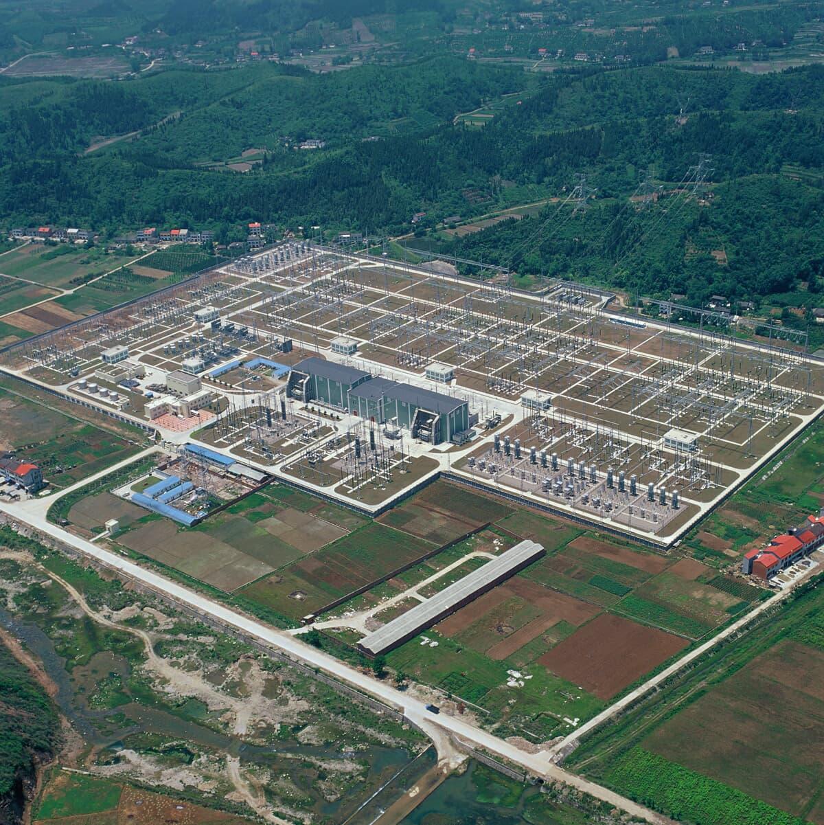 HVDC-station liknande de som kommer att levereras till Brazilien. Bilden är från Longquan-stationen tillhörande Three Gorges - Changzhou-projektet i Kina.