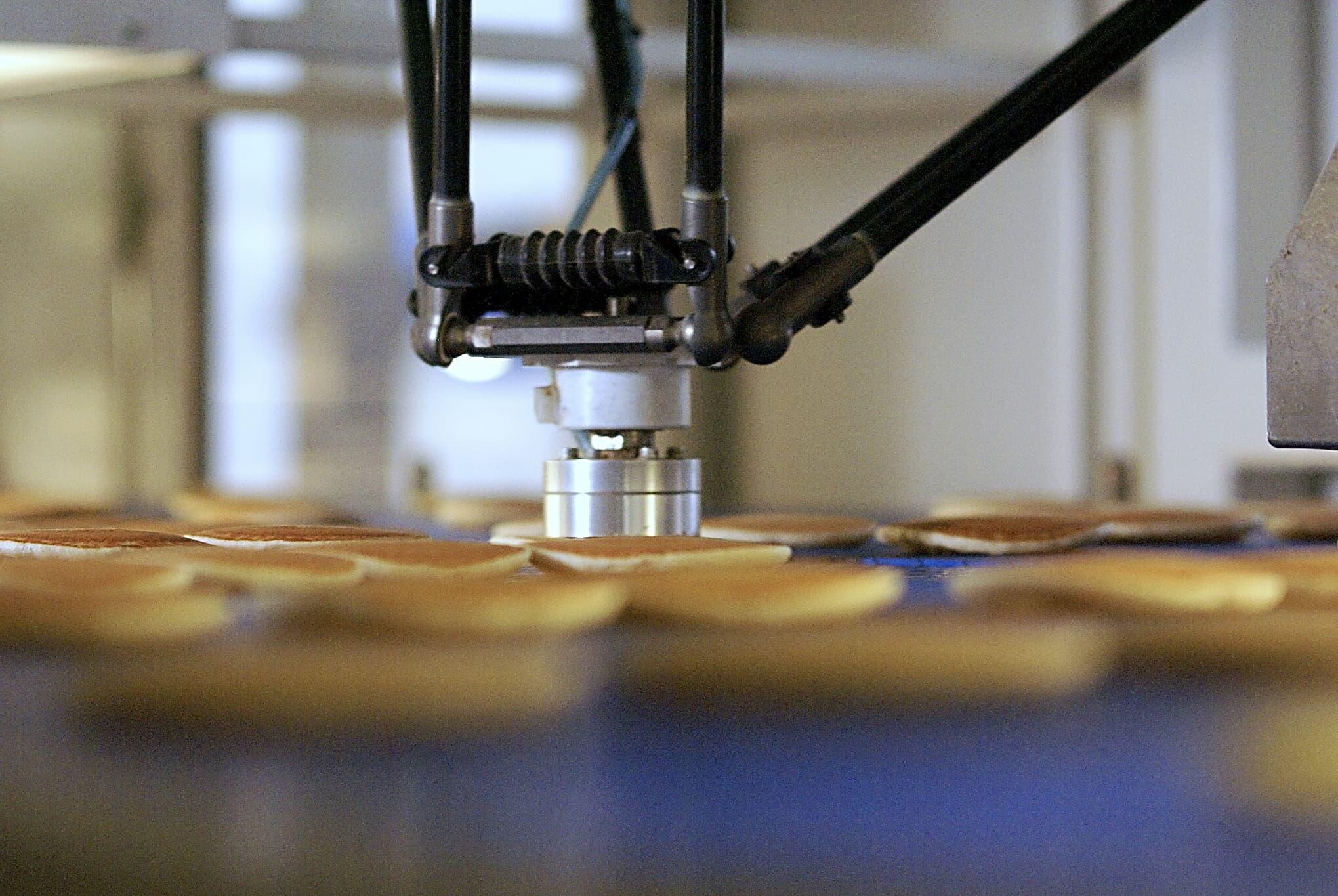 ABB IRB 360 FlexPicker picking pancakes at Honeytop Specialty Foods